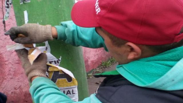 El Municipio lleva adelante trabajos de limpieza para despegar afiches y paleros colocados en lugares prohibidos