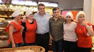 """Zabaleta y Rossi dialogaron sobre la gestión social del municipio y supervisaron la venta de """"Pan Popular"""" en Hurlingham"""