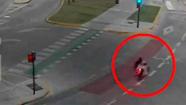 Detienen a dos sujetos que circulaban en una moto con pedido de captura